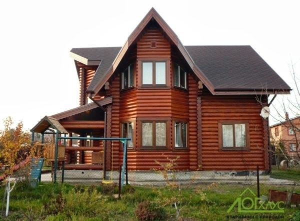 Дом с эркером из оцилиндрованного бревна