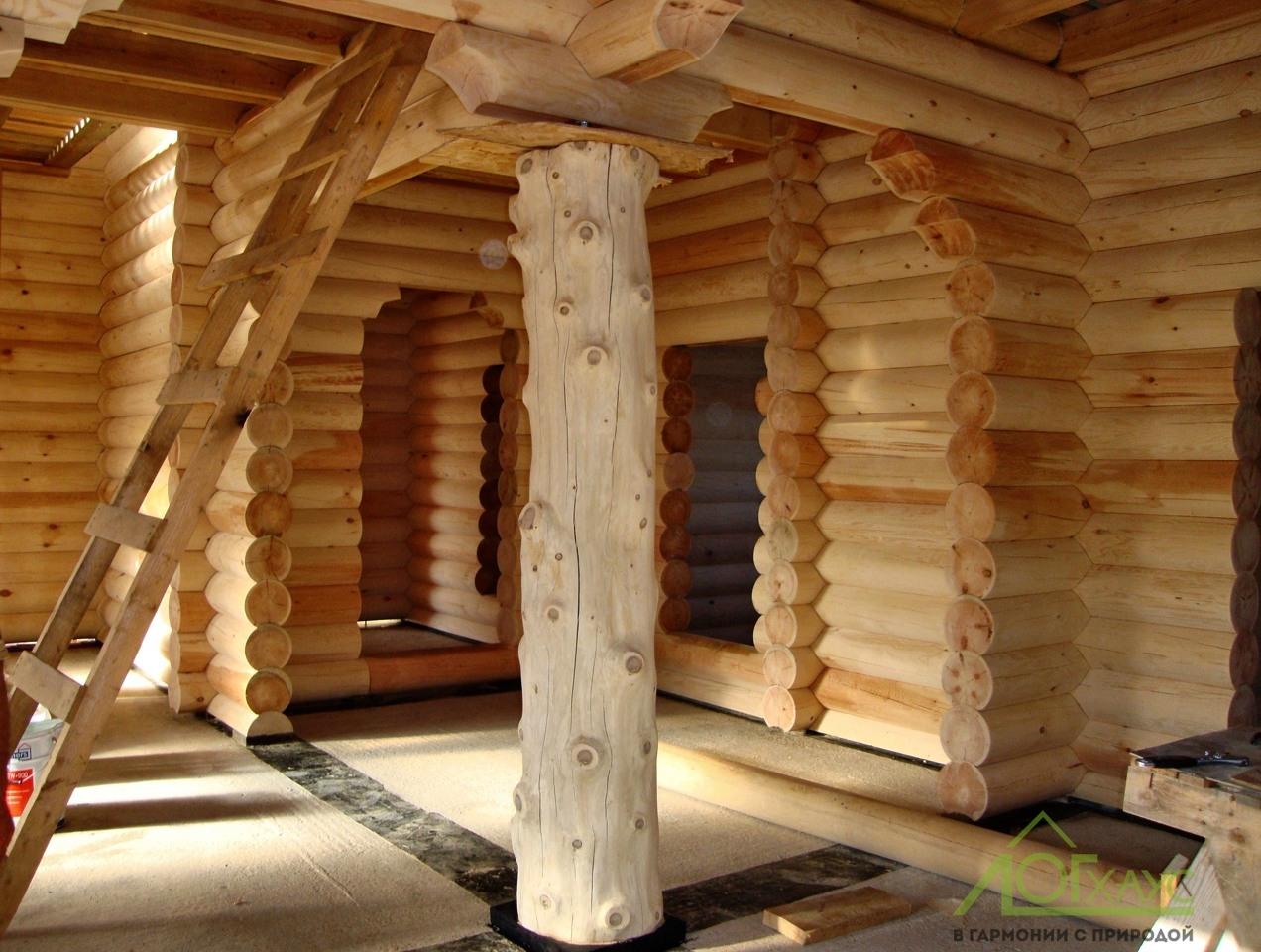 Декоративный столб дома из бревен