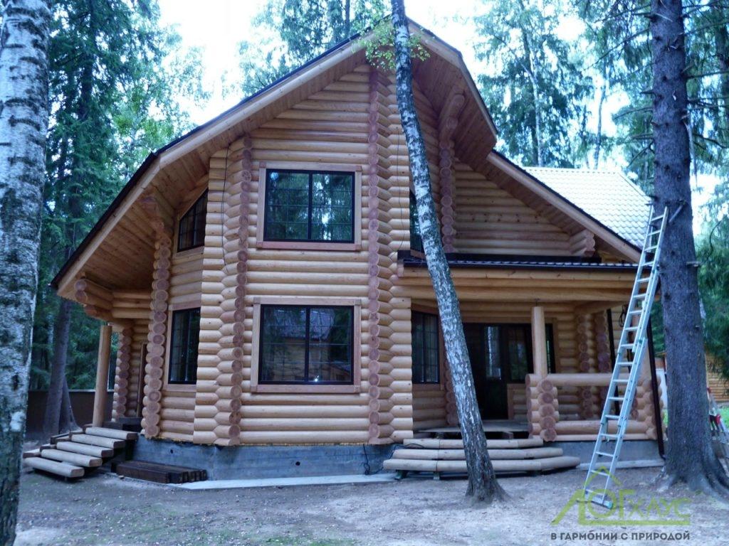 Сруб дома из бревна с деревянными окнами