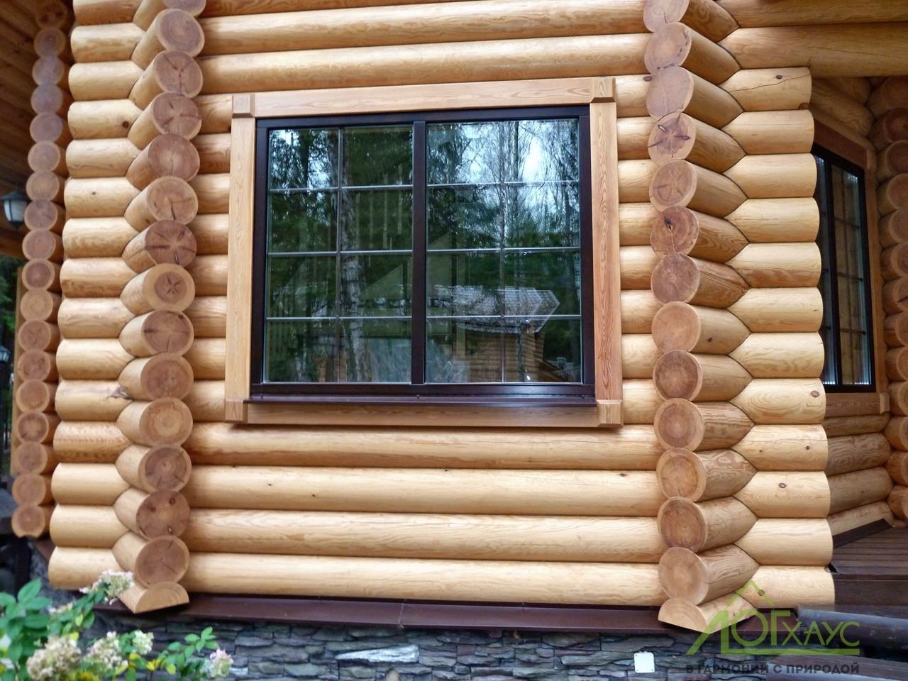 Деревянное окно с наличником в срубе