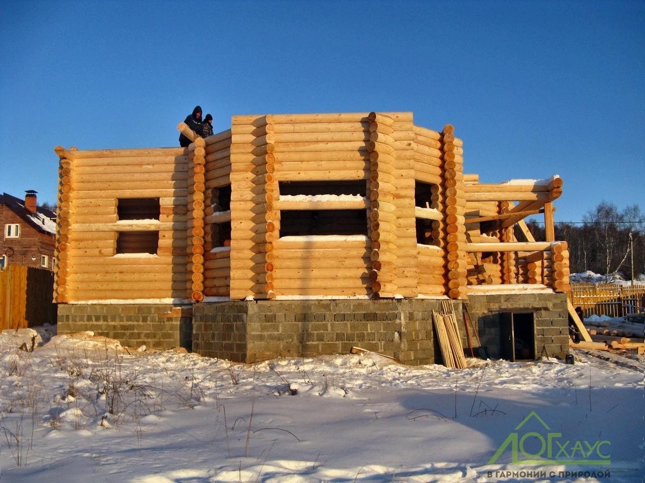 Дом из бревна в процессе строительства