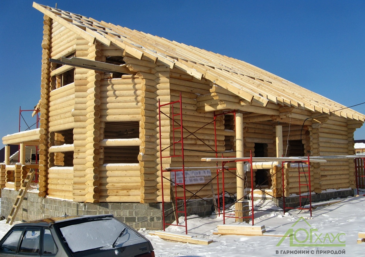 Установка крыши дома из бревна