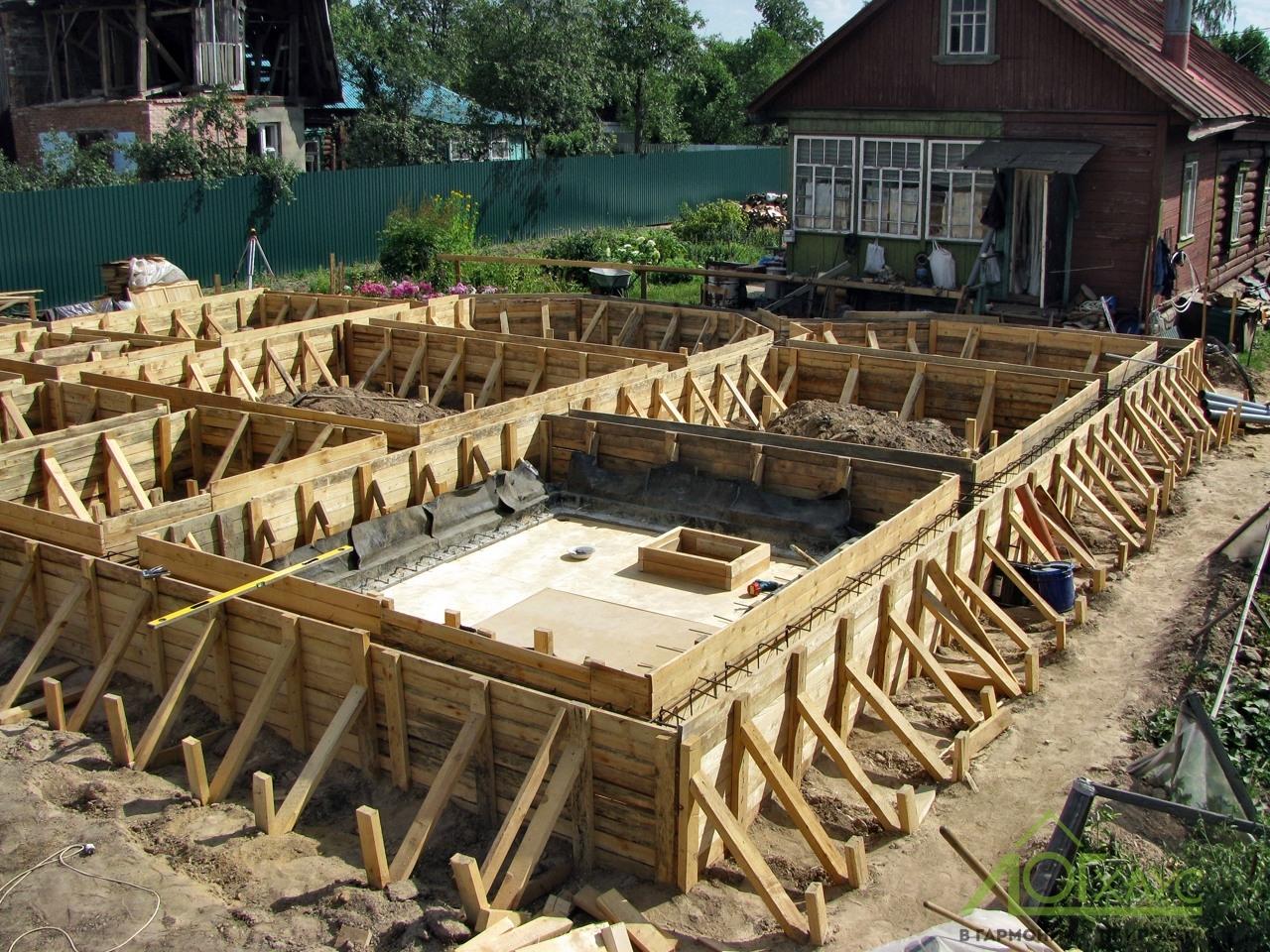 Устройство ленточного фундамента дома из бревна 280 диаметра