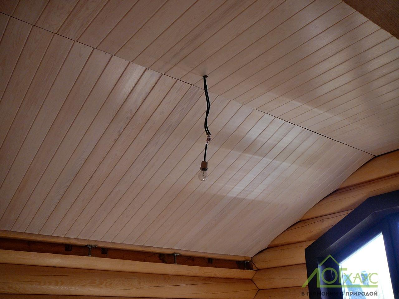 Деревянный потолок в деревянном доме