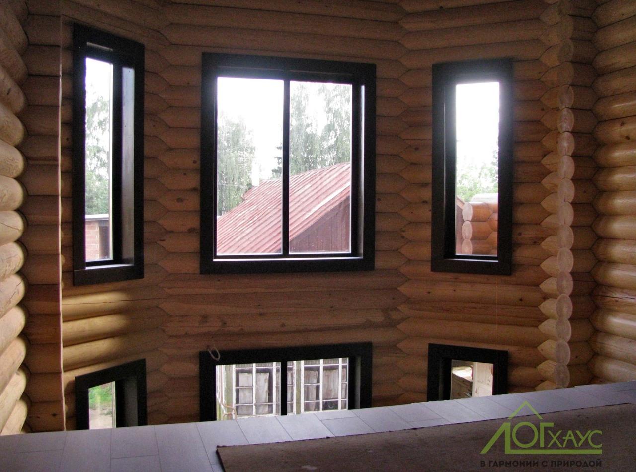 Эркерное пространство со второго этажа бревенчатого загородного дома
