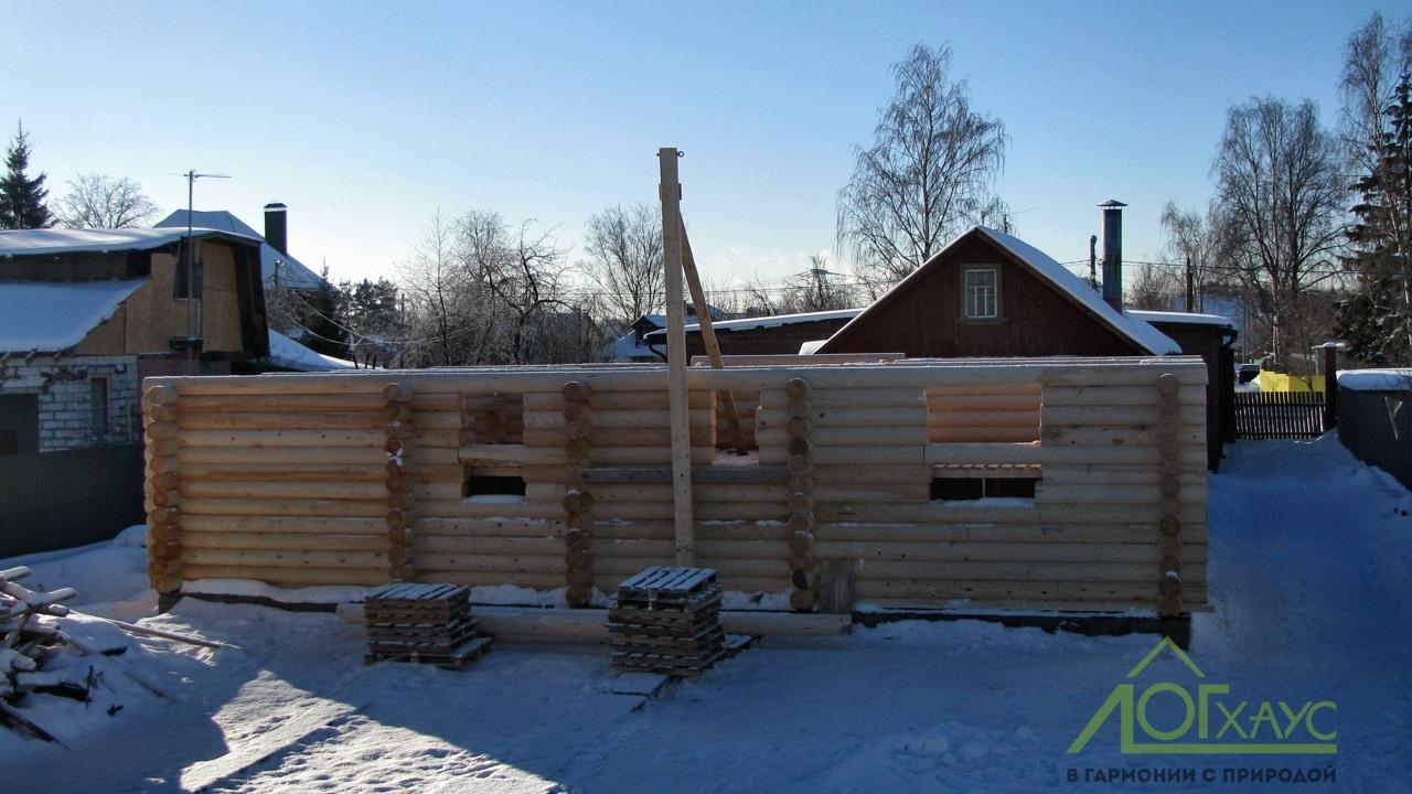 Дом из бревна в стадии строительства