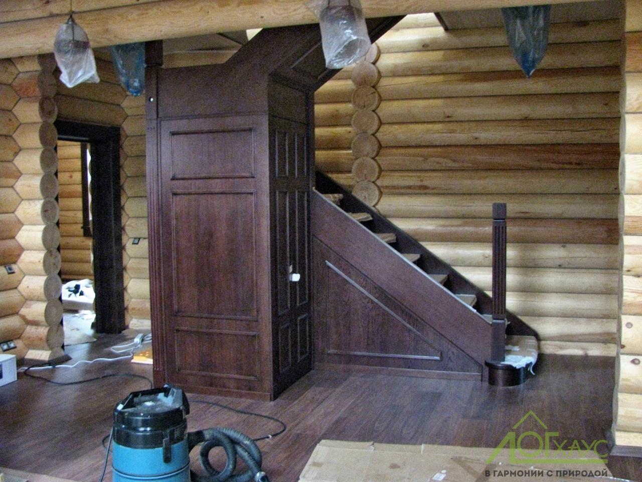 Монтаж деревянной лестницы в доме из бревна