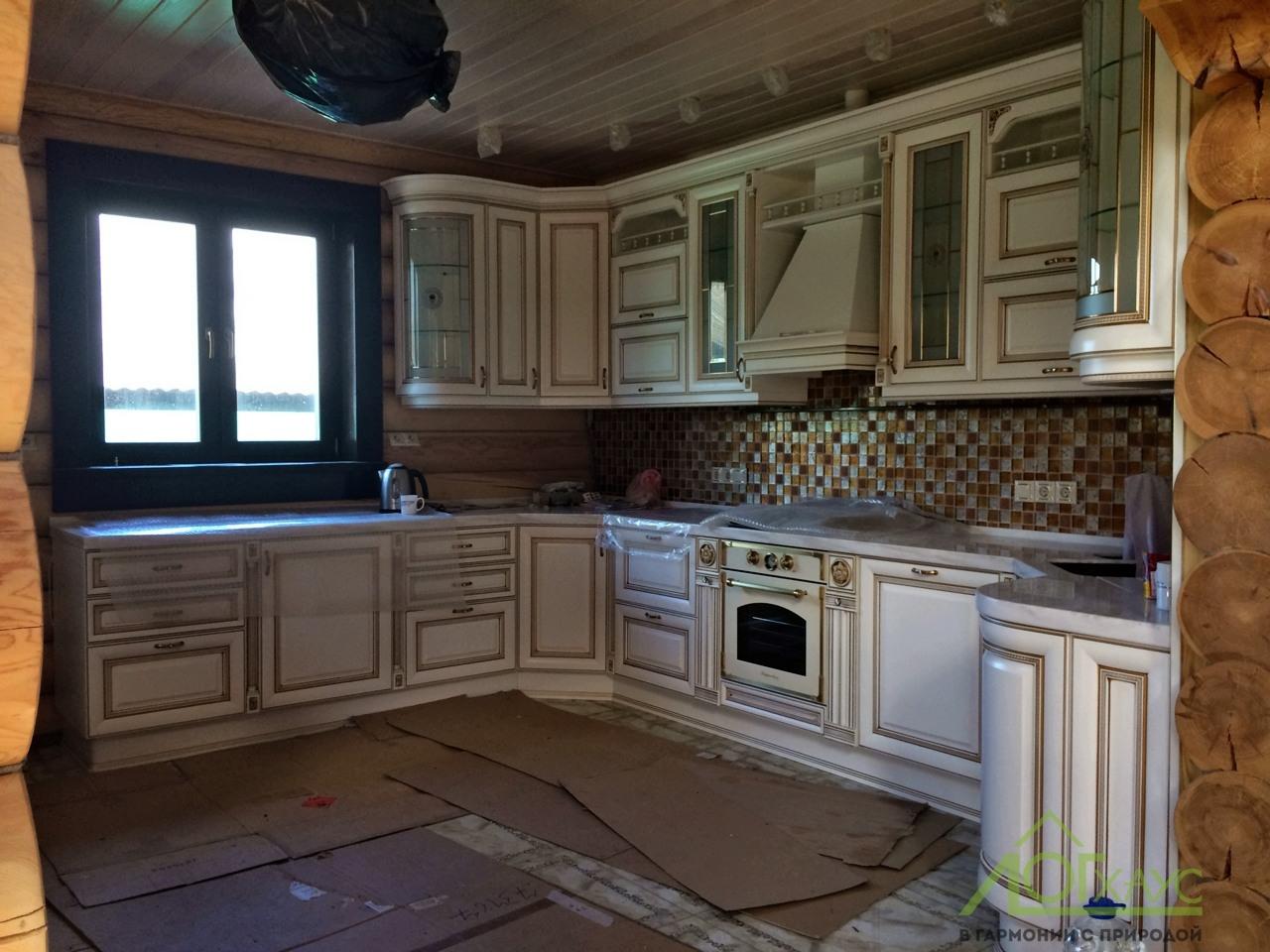 Кухня в полной отделке в доме из бревна