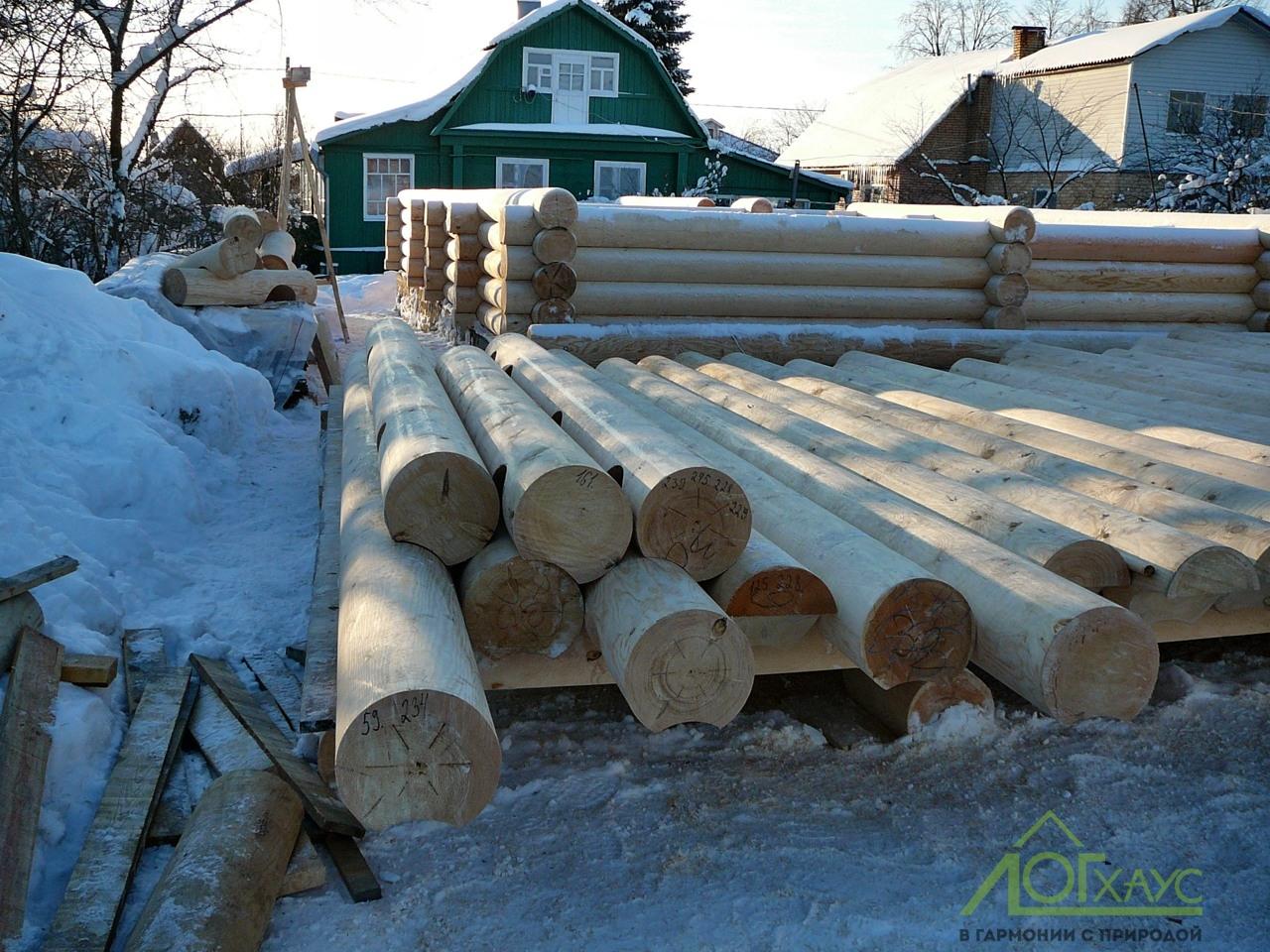 Сборка сруба дома из зимних бревен