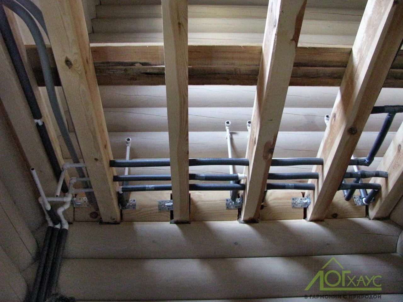 Монтаж труб отопления и водоснабжения в доме из бревна