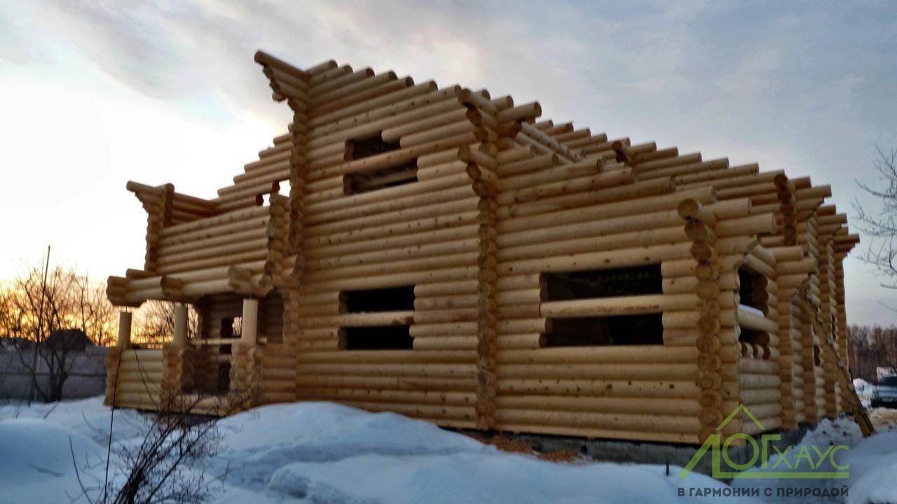 Сруб дома из архангельского зимнего леса