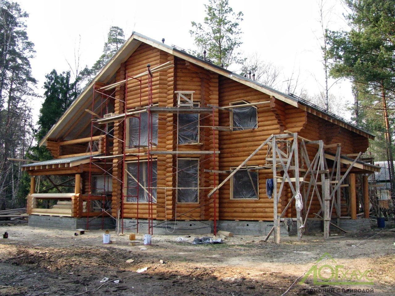 Дом из бревна отшлифован и покрашен