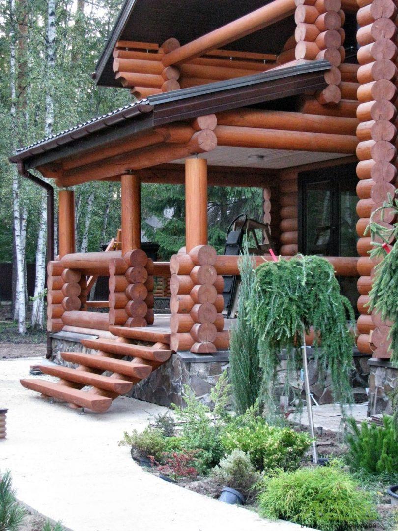 Терраса дома из бревна