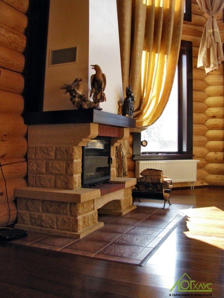 Камин в гостиной деревянного дома