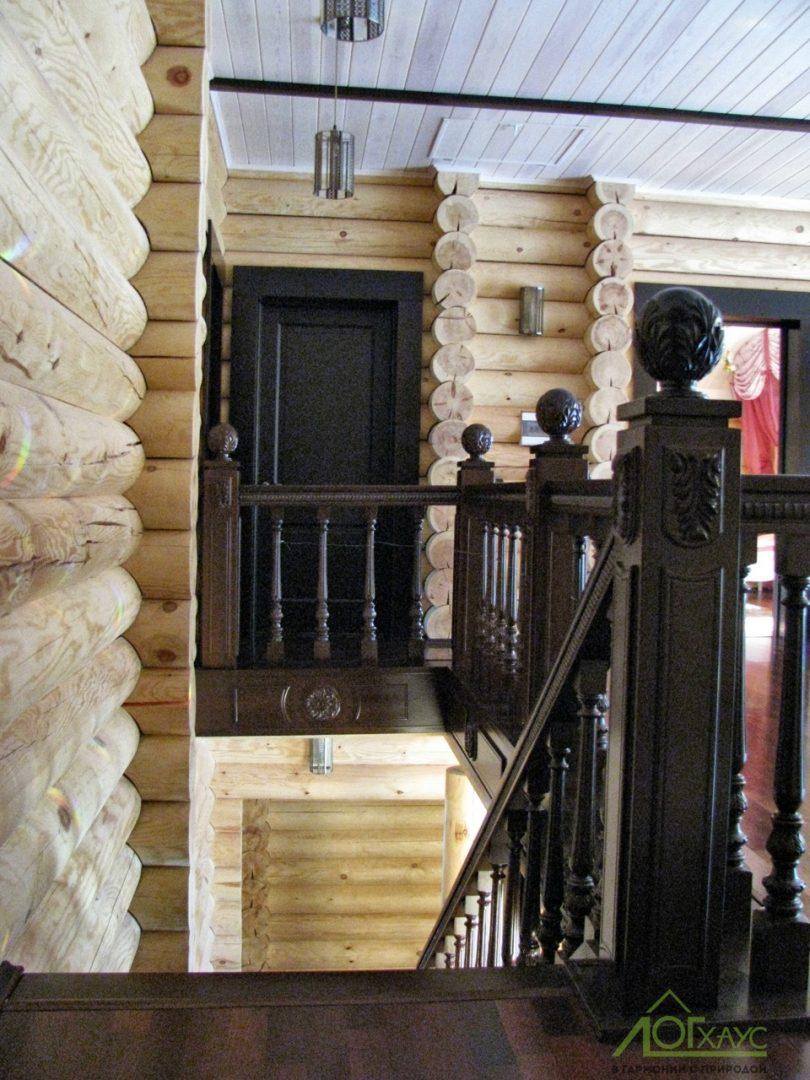 Лестничный холл в доме из бревна