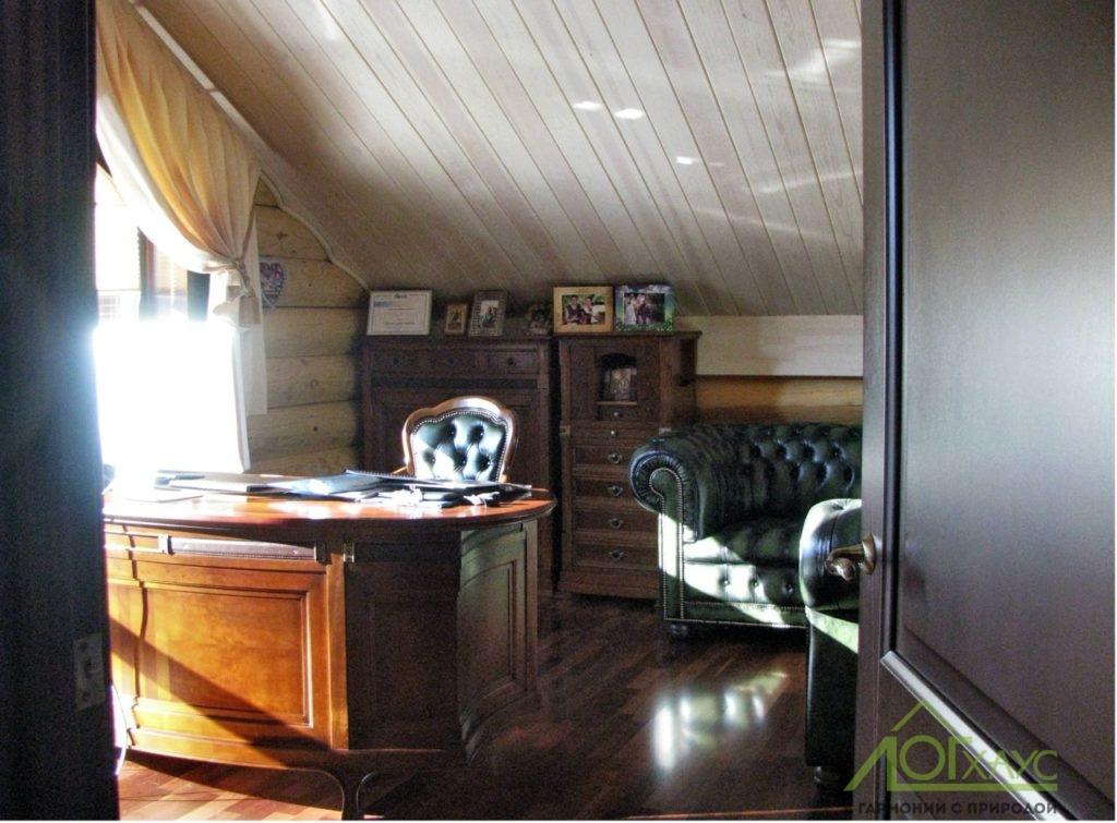 Рабочий кабинет с деревянной отделкой