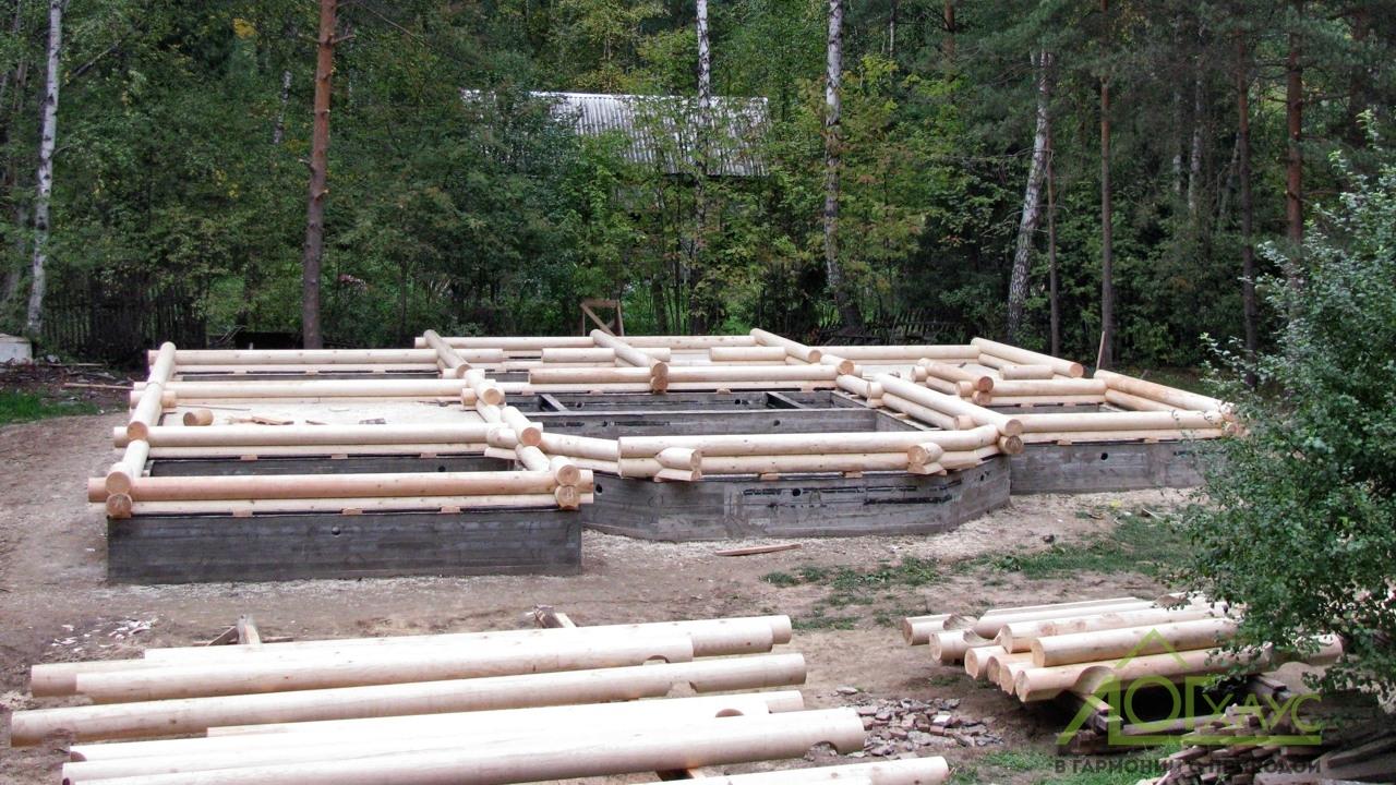 Начало сборки дома из бревна по индивидуальному проекту
