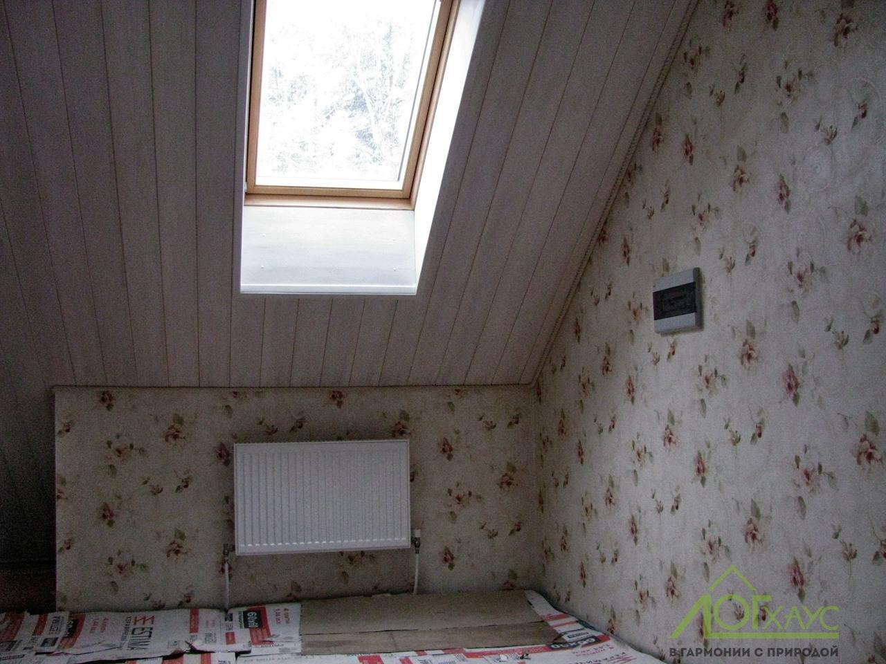 Мансардное окно в деревянном доме