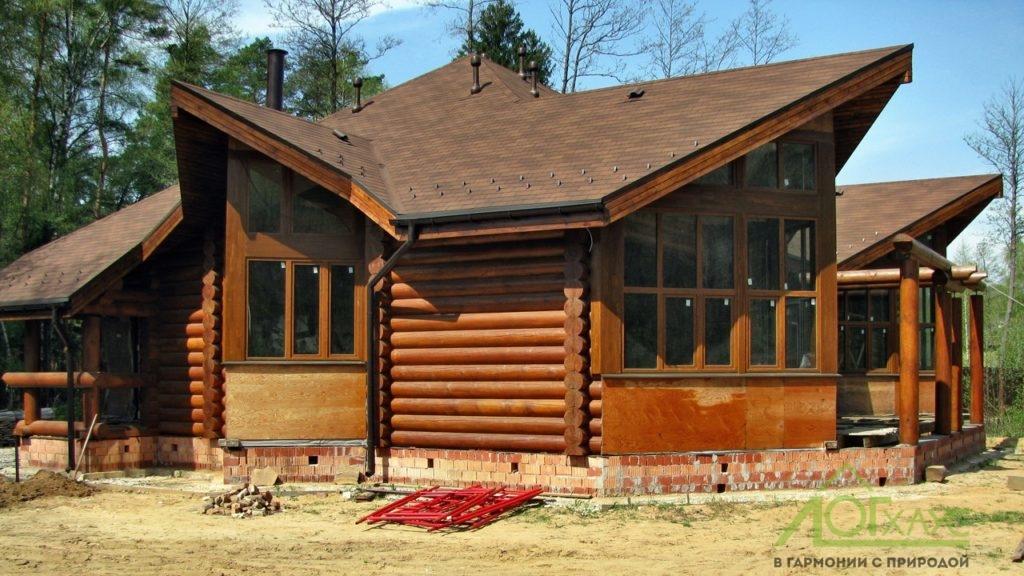 Дом из бревна с мягкой кровлей