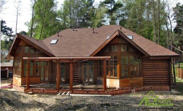 Дом из бревна, построенный с применением с каркасных технологий