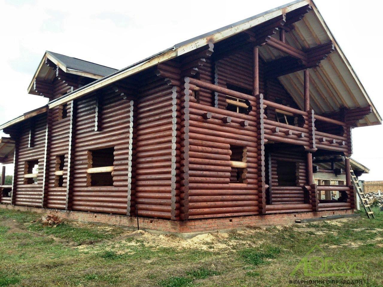 Дом из оцилиндрованного бревна отшлифован и покрашен