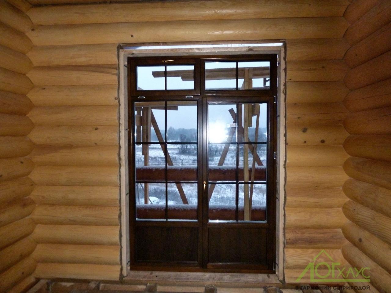 Монтаж дверей и окон в доме из бревна