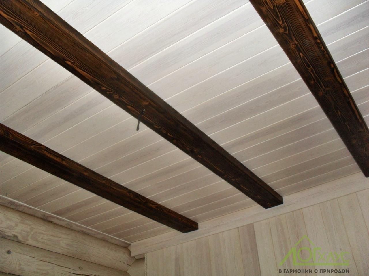Деревянный потолок в доме из бревна