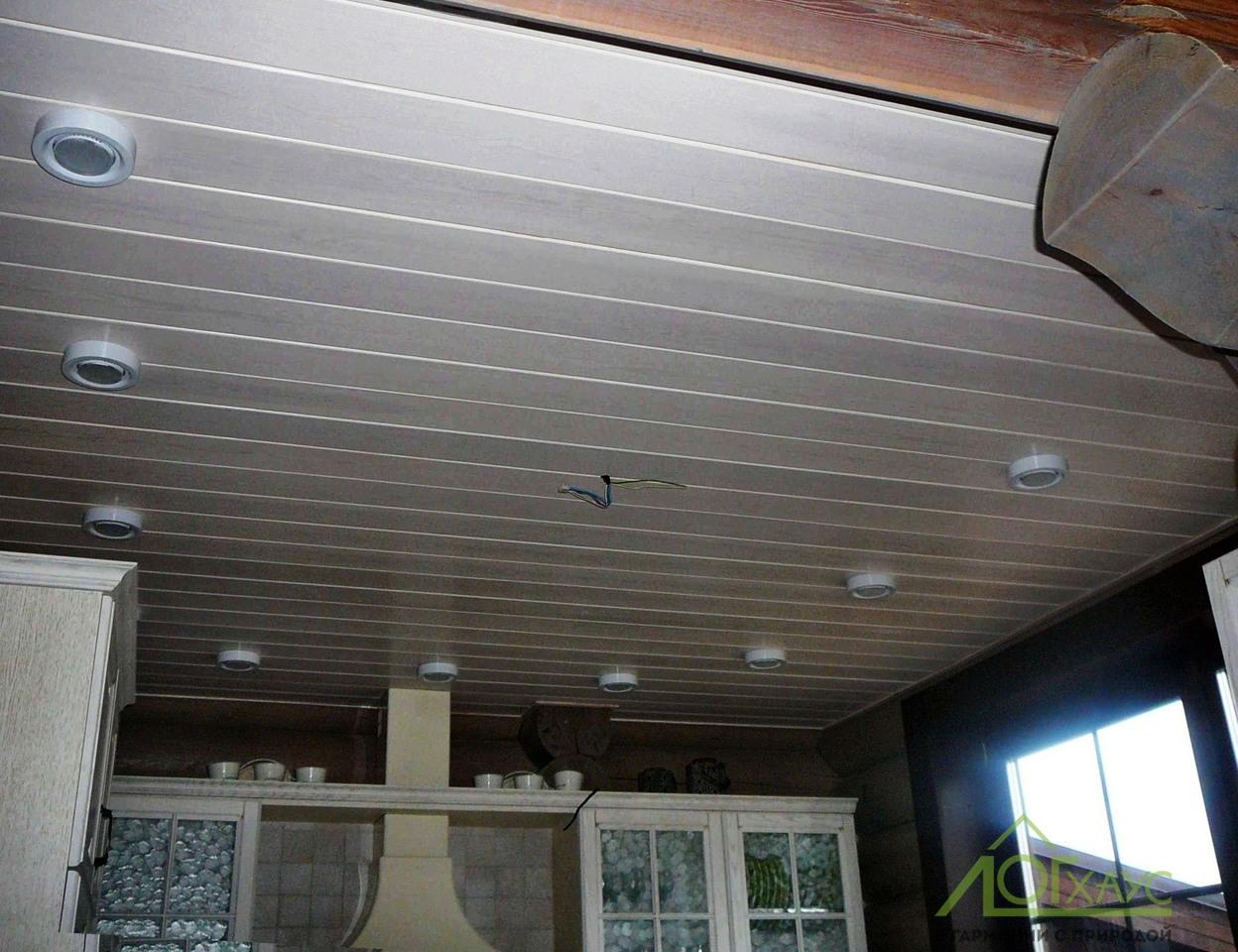 Потолок из вагонки на кухне дома