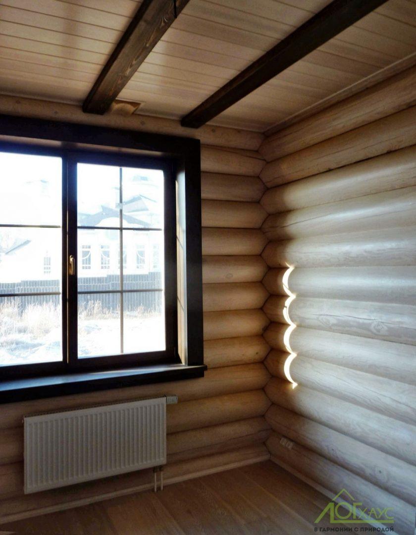 Деревянный потолок в бревенчатом доме