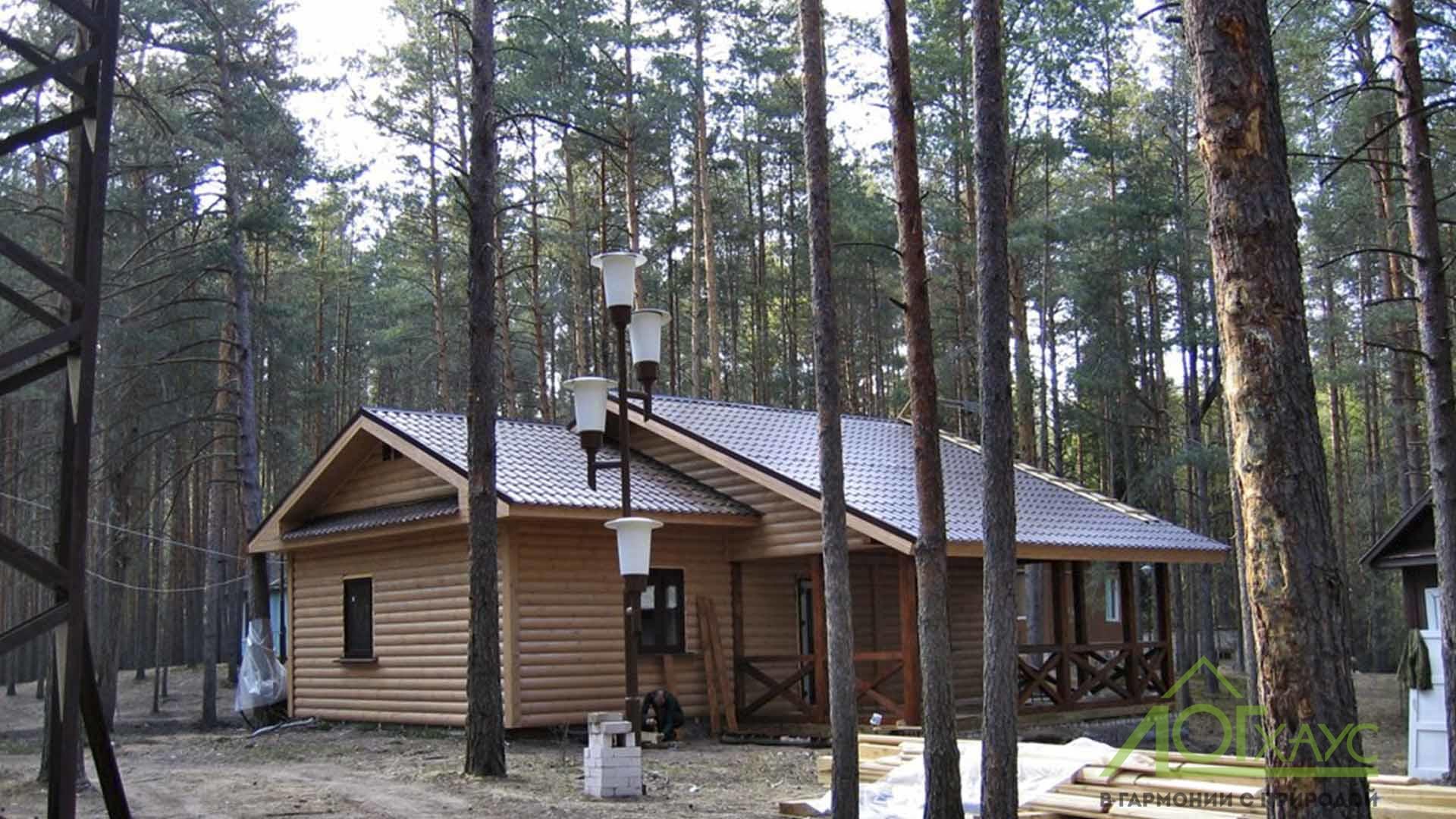 Баня на участке в лесу, среди деревьев