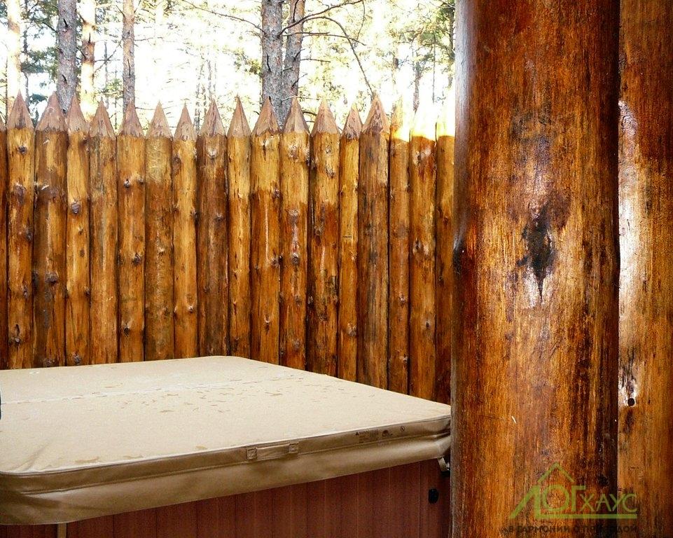 Гидромассажная ванна на веранде дома