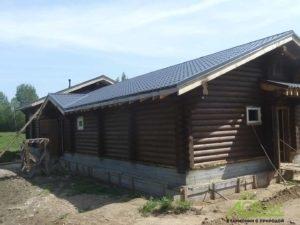 Скотный двор из бревна после покраски