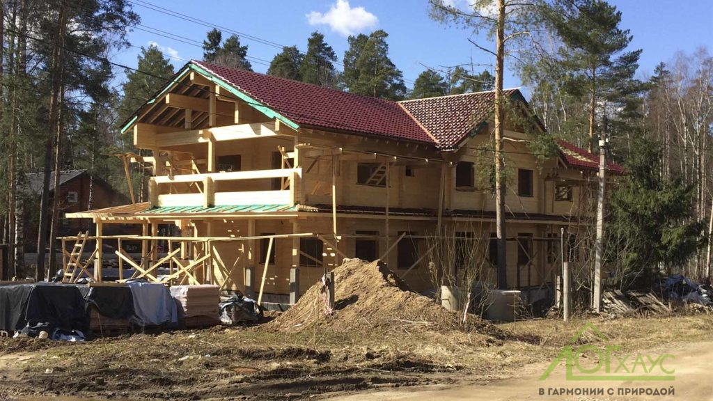 Дом из клееного бруса смонтирован с крышей
