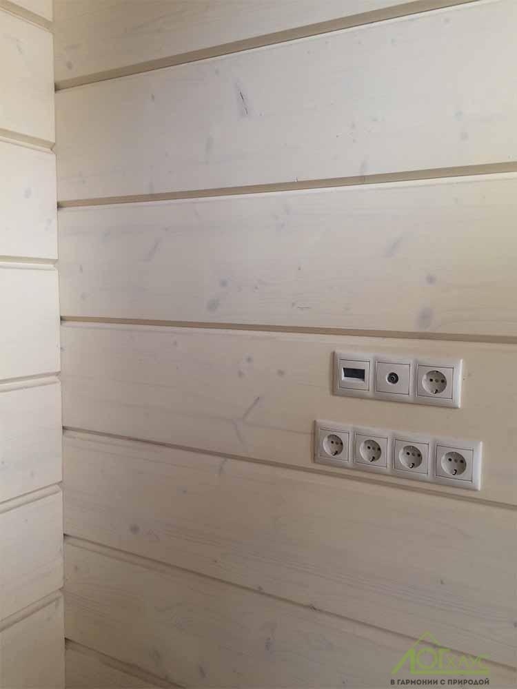 Электрические розетки на стене из клееного бруса