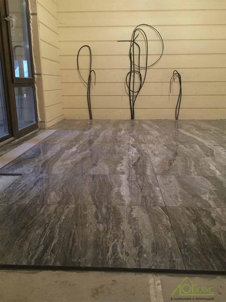 Плитка на кухне в доме из бруса