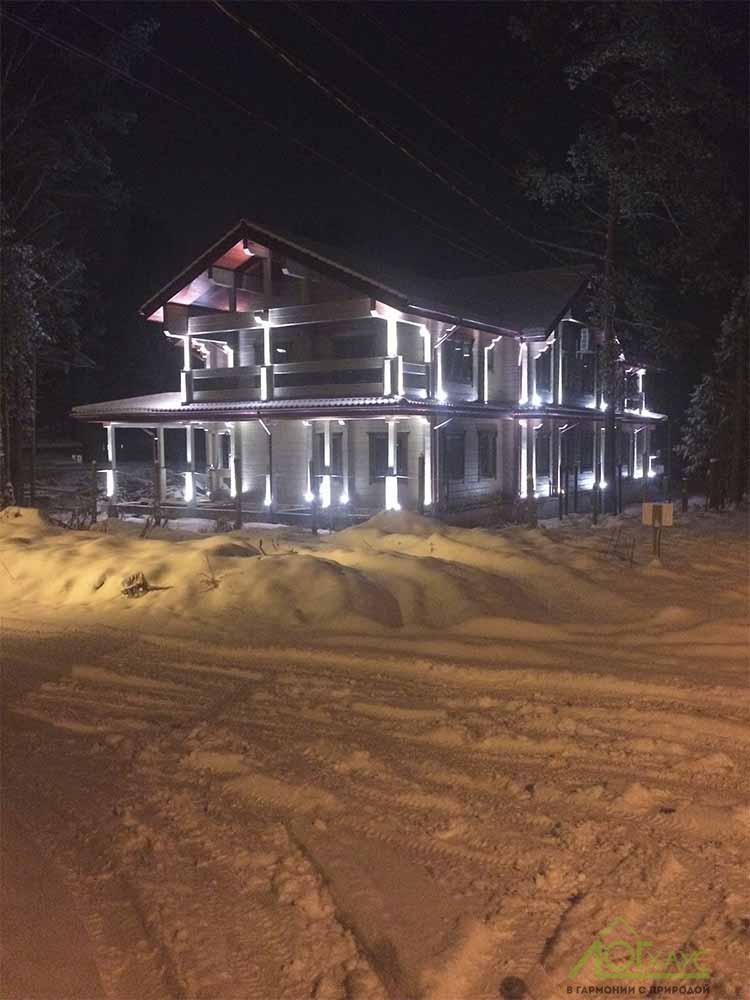 Ночное освещение фасада деревянного дома